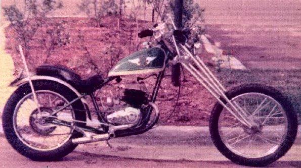 Kinda looks like a long or chopped version of the 1948-59 Harley Model